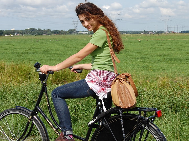 sabrina su una bici in olanda