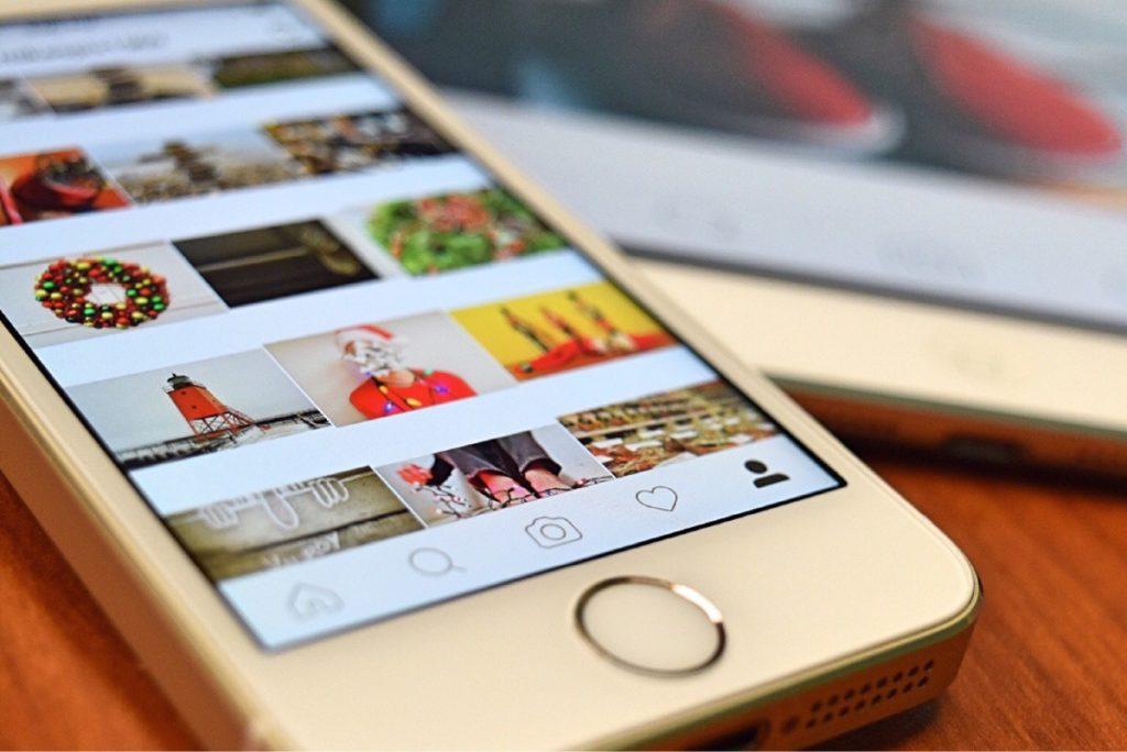 foto di un cellulare da cui si vede instagram