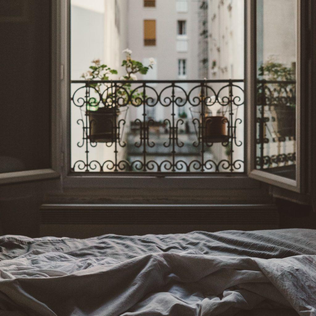 finestra affacciata in città da una camera - come viaggiare grazie alla tua casa