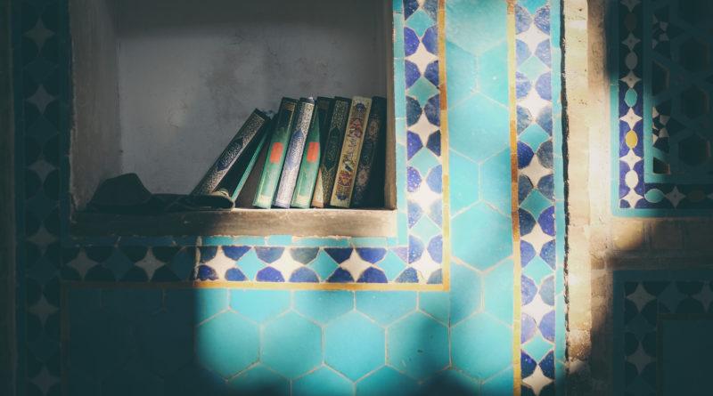libri in una nicchia di un edificio decorato in tadelak - dettaglio di un edificio iraniano