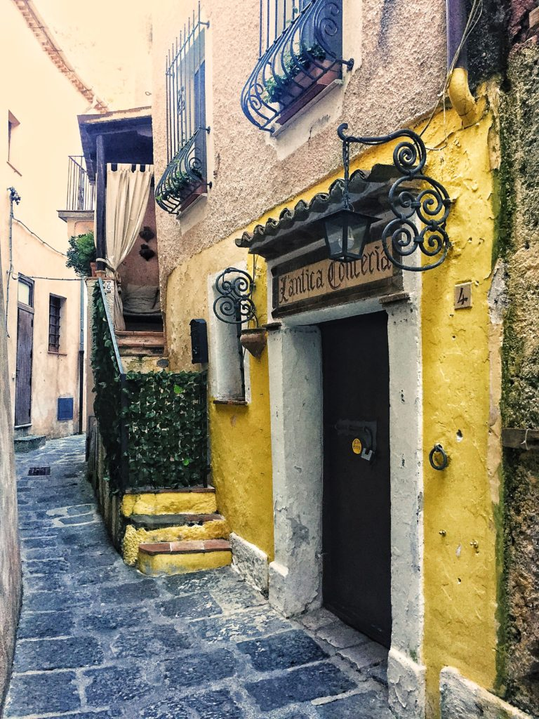 vicolo con case gialle a maratea