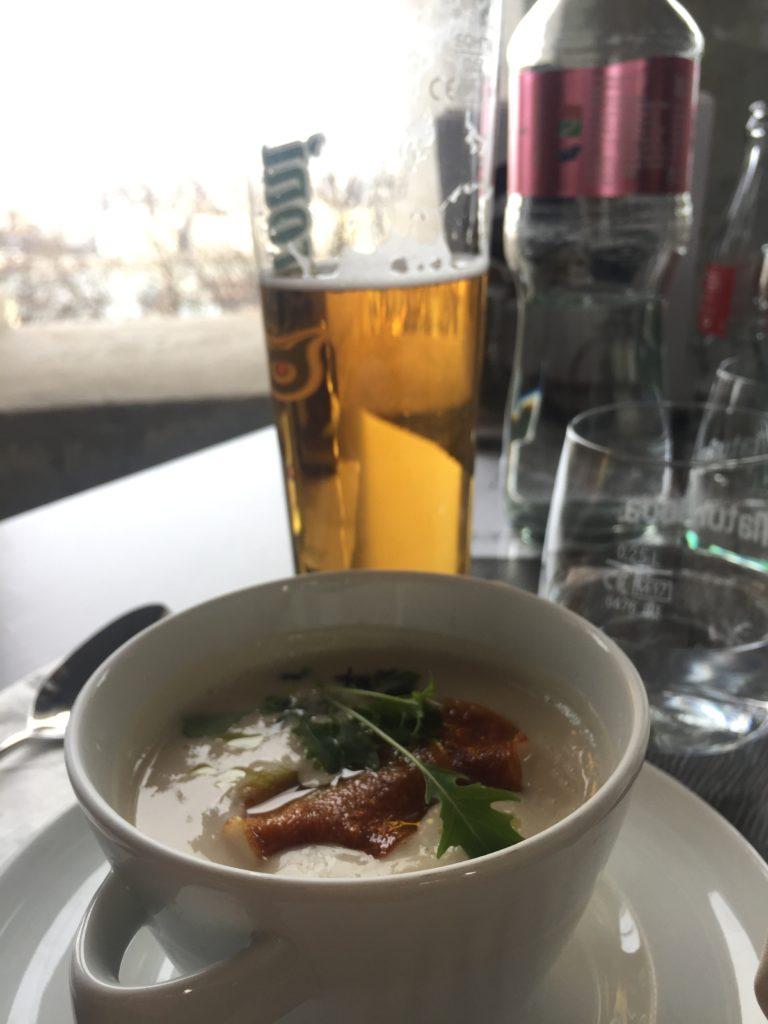 zuppa di funghi con crosta di formaggio - budapest - cibo veg