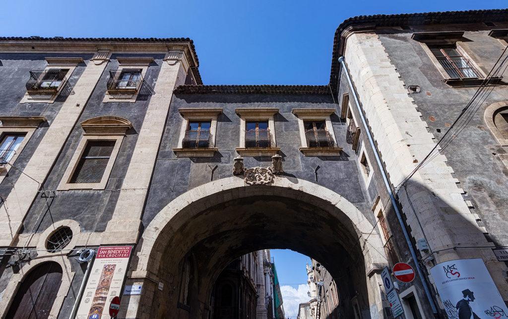 Catania-arco di san benedetto-leggende di catania