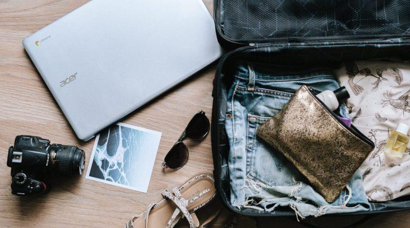 lavorare in viaggio - laptop e valigia