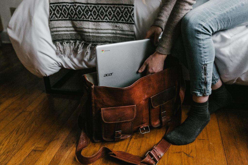 lavorare in viaggio - zaino laptop e letto