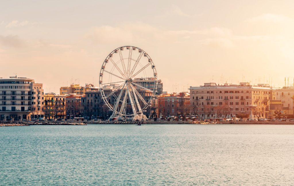 vista del lungomare di Bari, con ruota panoramica, vista dal mare