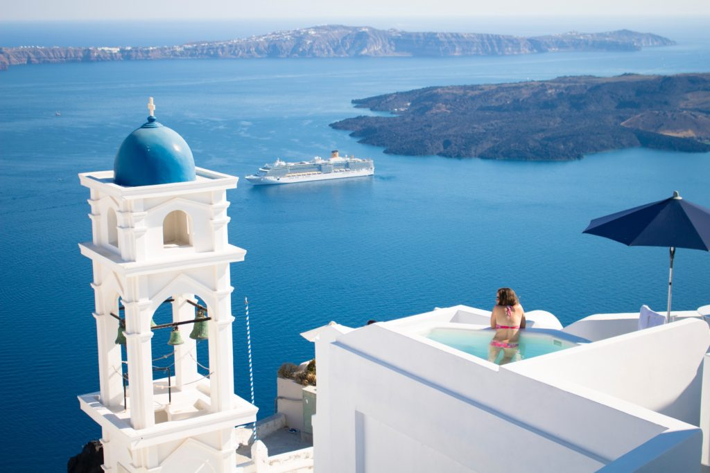 Vista dall'alto di un angolo di Santorini, nave da crociera in mare in secondo pian