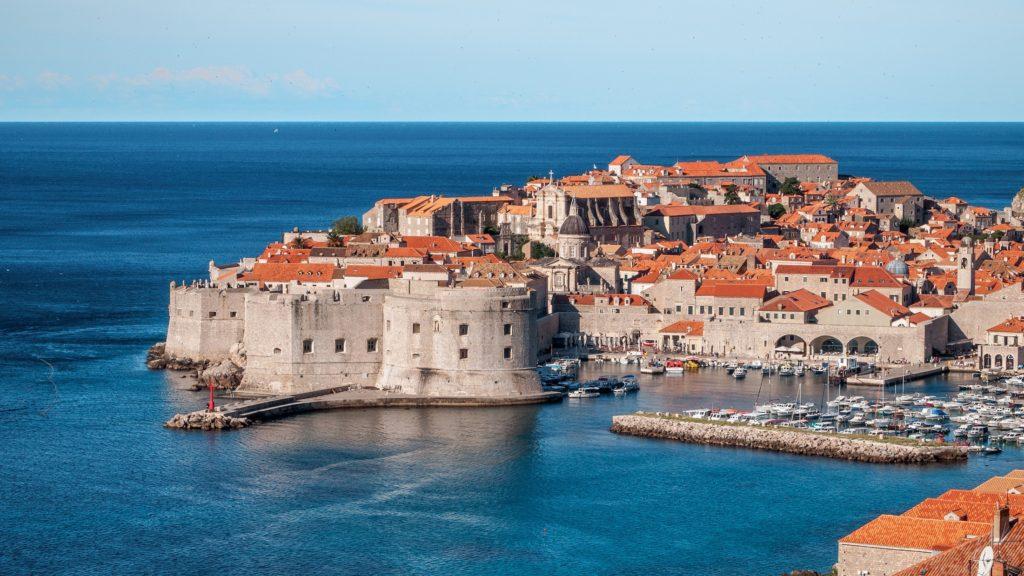 Vista del porto e della città antica di Dubrovnik, dall'alto e dal mare