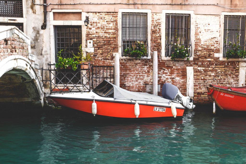 dormire  venezia_carnevale_antonio-molinari-455662-unsplash