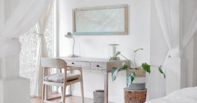 scrivania in legno con sedia minimal ma ergonomica, parete bianca