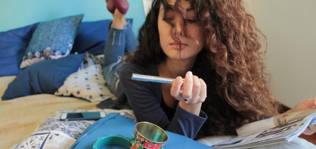 Foto belle da fare in casa_ragazza dai lunghi capelli castani e ricci (sabrina) legge una rivista sul letto