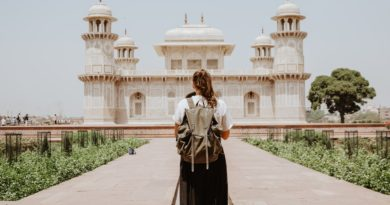 woman with a backpack in Taj-Mahal