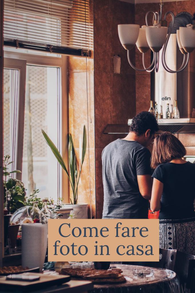 come fare foto in casa_coppia di spalle in una cucina accanto alla finestra