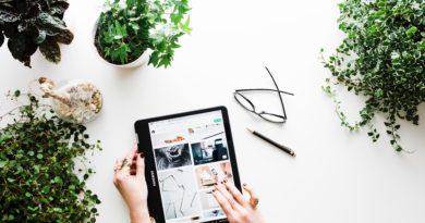mani che acquistano su un tablet_aumentare le vendite on line