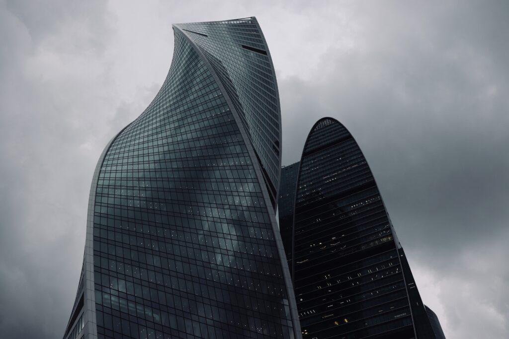 Architettura Mosca_moscow city, uno dei grattacieli tortili visti dal basso