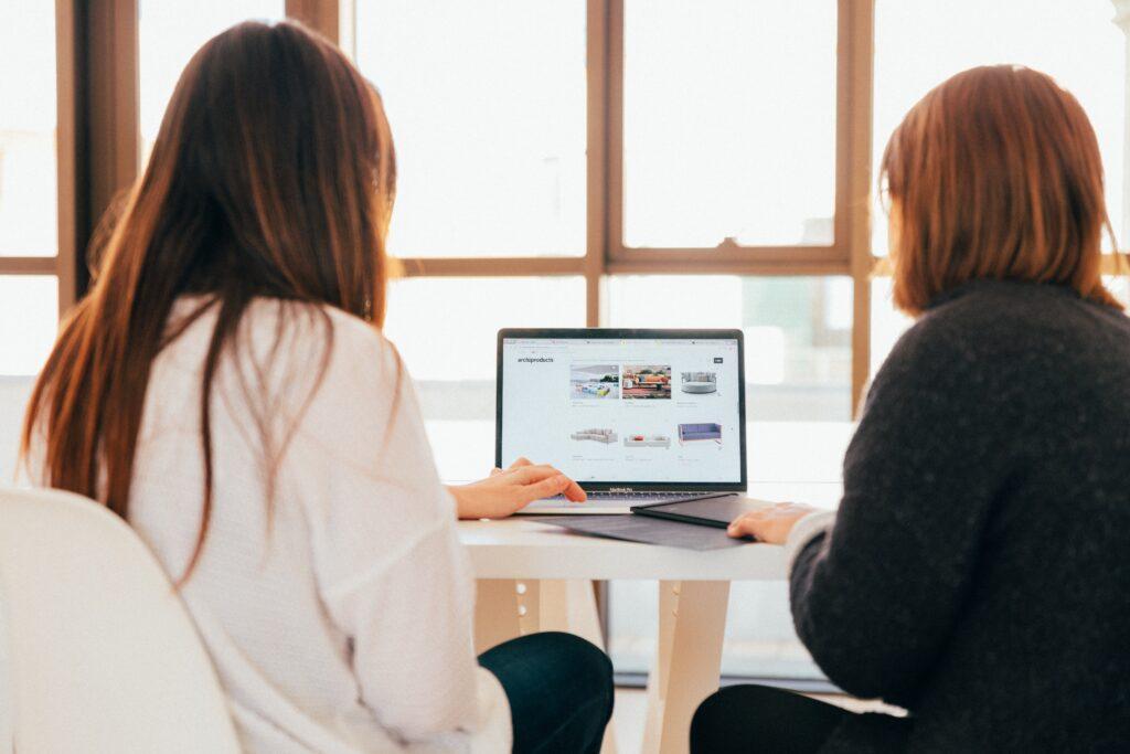 collaborazioni blogger - due ragazze al computer