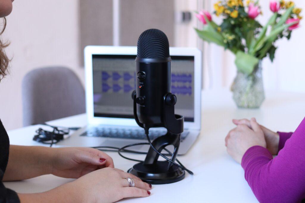 microfono per podcast con computer e traccia audio