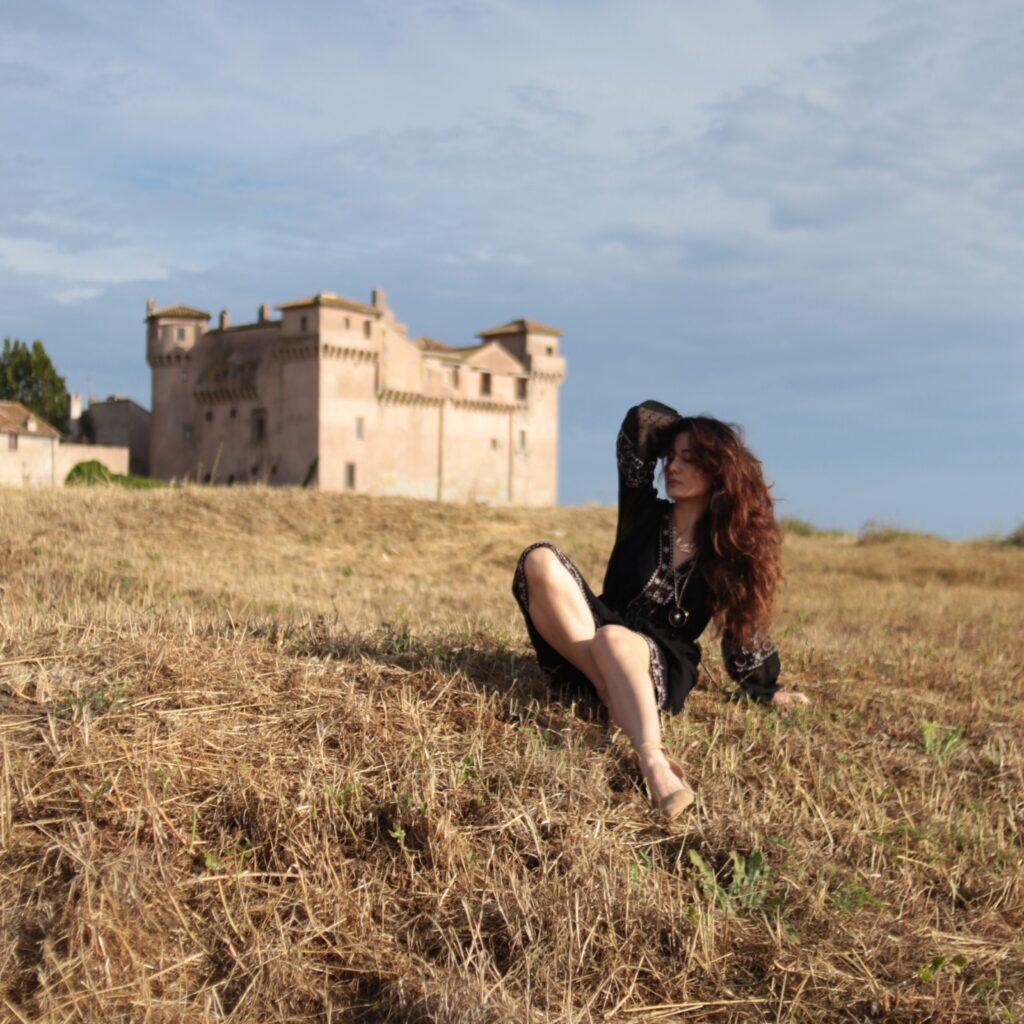 Sabrina davanti al castello di Santa Severa - articolo Dormire in un castello in Italia