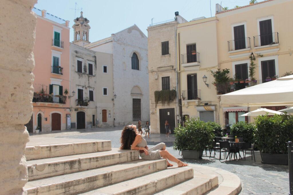 sabrina sui gradini di una chiesa nei vicoli di Bari vecchia