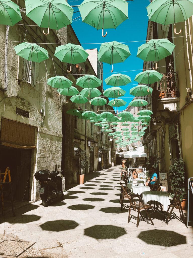 Ombrelli verdi in aria su un vicolo di Bari Vecchia