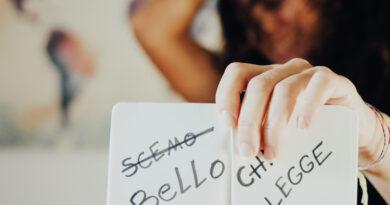 """Call to action """"scemo chi legge(sbarrato) che diventa """"bello chi legge"""" scritto su un quaderno retto da sabina che ride sullo sfondo sfuocato"""