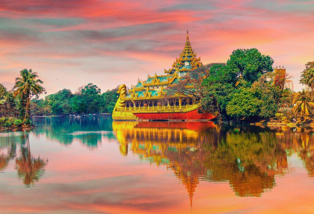 Birmania quando andare  Panorama rosso fuoco su fiume