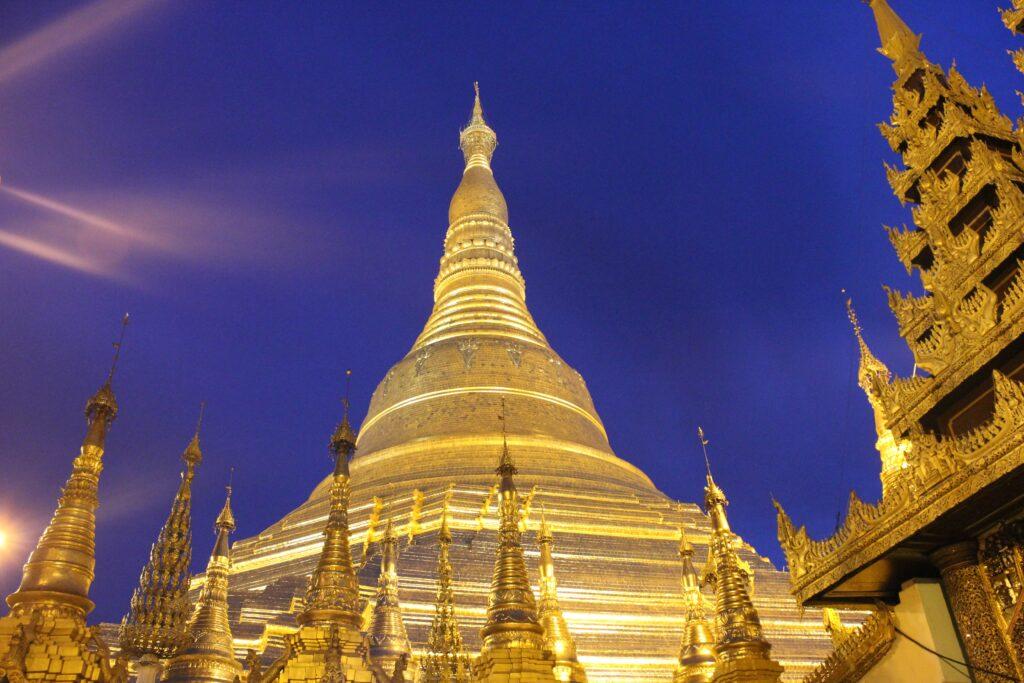 Yangon - tempio illuminato di notte