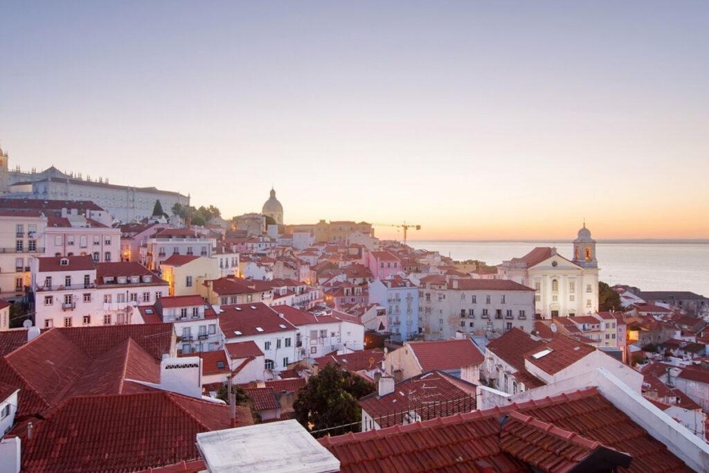 Lisbona Quartiere di Alfama ph Canva sera a lisbona cosa fare