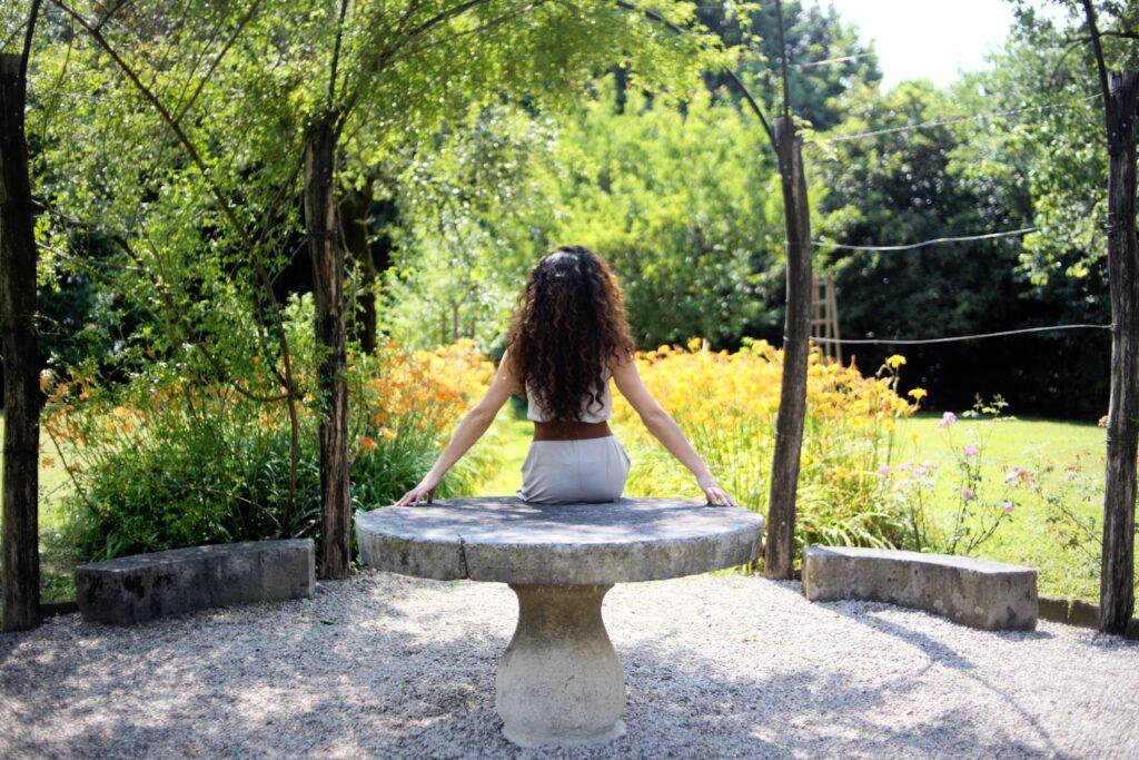 giardini da vedere in Italia - sabrina di spalle nel giardino di palazzo coronini
